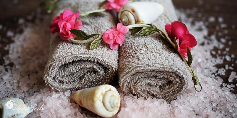 Ręcznik, kwiaty i muszelka